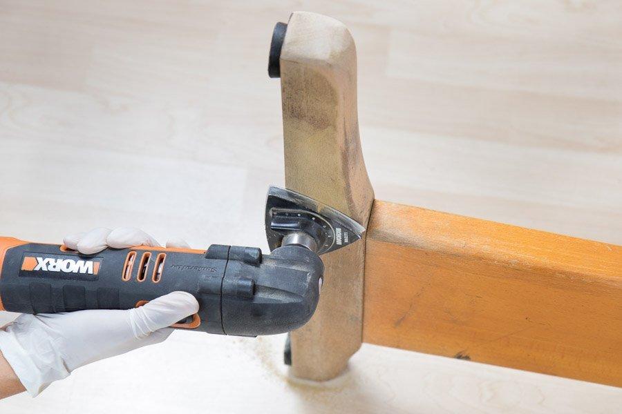 Alten-Holztisch-aufarbeiten-Schleifen